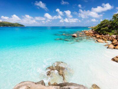 Spiaggia dell'isola di Praslin . Via Seychelles Travel