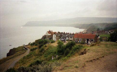 Villaggio di Robin Hood's Bay, via Wikimedia Commons.