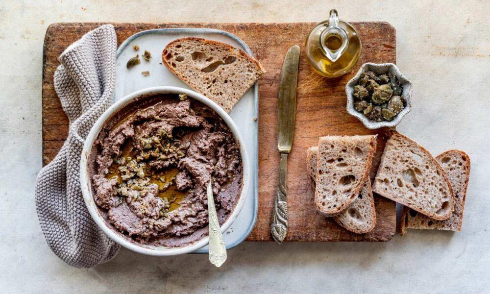 Crostini neri toscani in tavola. Via Visit Tuscany.