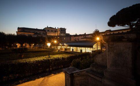 Palazzo Barberini notturno. Via Palazzo Barberini.