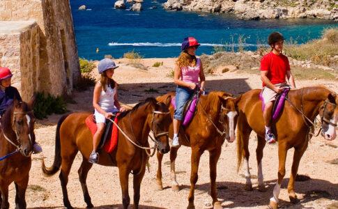 Equitazione a Malta: famiglia in gita a cavallo. Via Visit Malta.