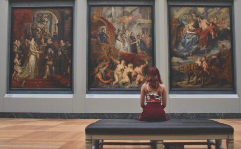 Ragazza in museo. G20 Cultura Credits: Pexels