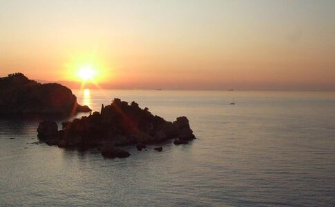 Turismo 2020. Isola Bella, Taormina. Via Wikimedia Commons.