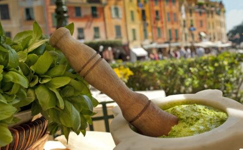 Pesto alla genovese con mortaio. Via Visit Genoa.