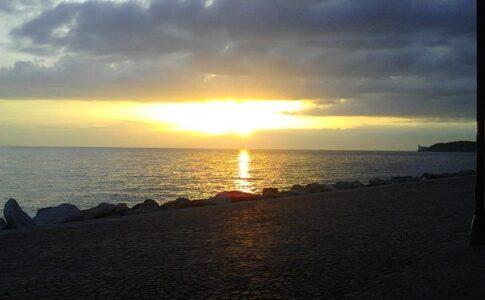 2 giugno, immagine di spiaggia al tramonto. Via Wikimedia Commons.