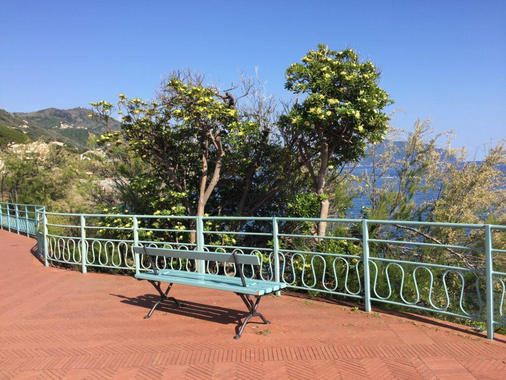 Panchina panoramica a Nervi. Via Visit Genoa.