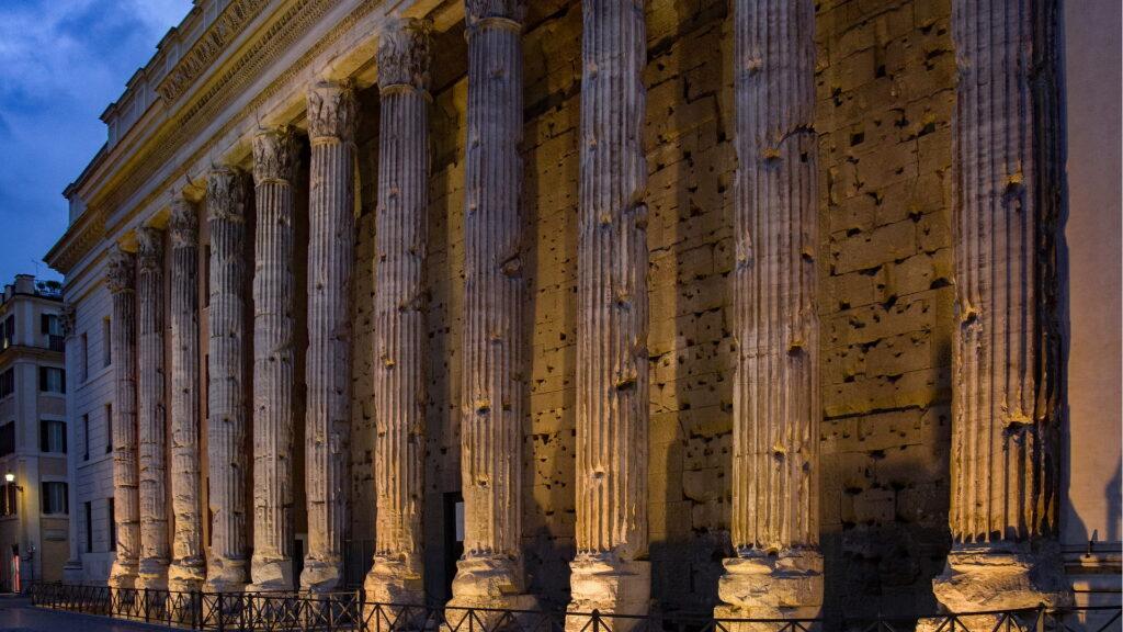 Tempio di Adriano a Rione Colonna. Via Roma Turismo.