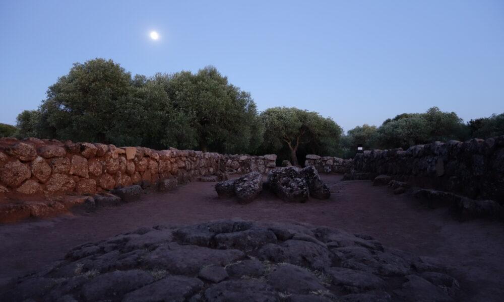 Pozzo santa Cristina, luna piena. Credits: Archeotour santa Cristina. License: CC BY-NC-SA.