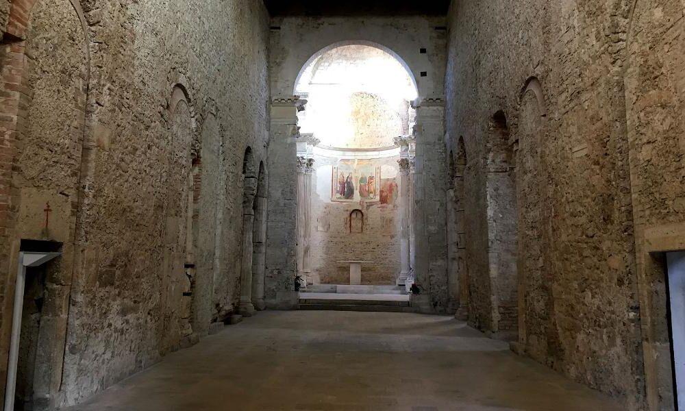 Basilica di San Salvatore, interni. Via Umbria Tourism.