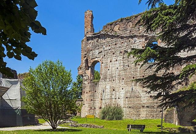 castello trezzo via wikimedia commons