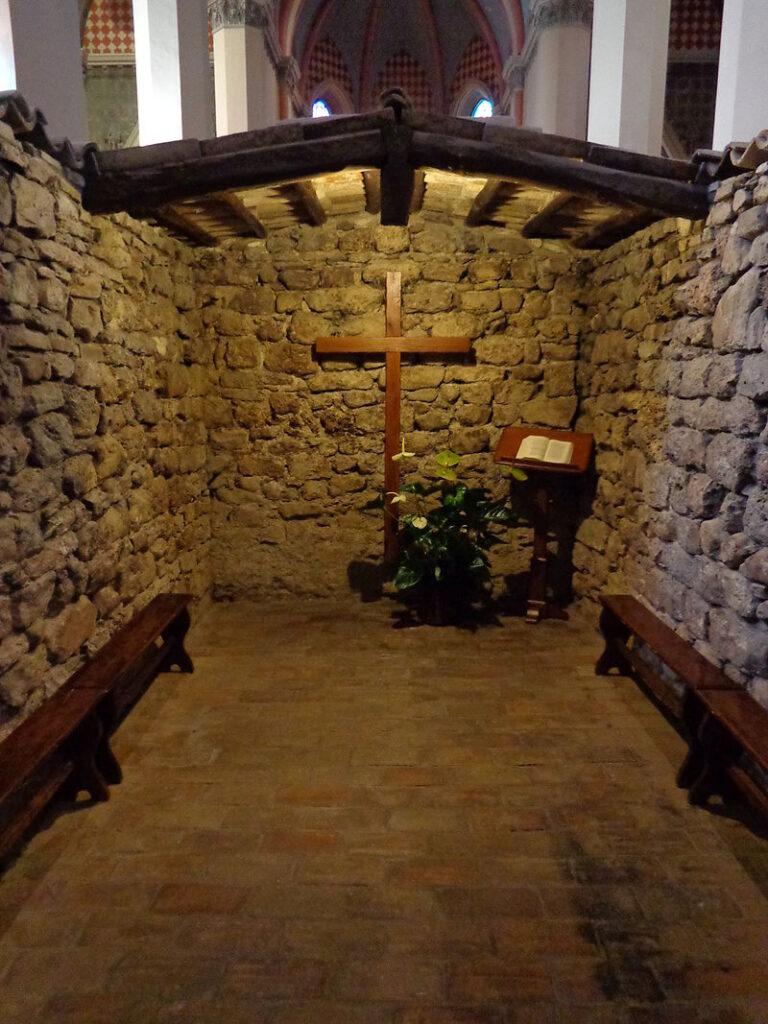 Il Sacro Tugurio custodito all'interno di Santa Maria di Rivotorto. Via Wikimedia Commons.