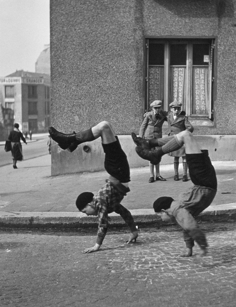 Robert Doisneau, , Les frères, rue du Docteur Lecène, Paris, 1934, © Robert Doisneau. Via Studio ESSECI.