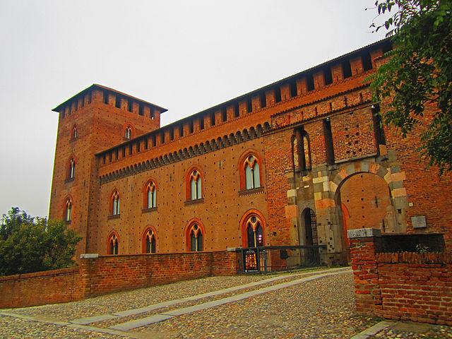 Ingresso del Castello VIsconteo e dei Musei Civici. Via Wikimedia COmmons.
