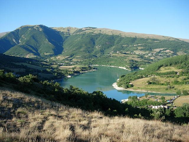 Veduta del Lago di Fiastra. Via Wikimedia Commons.
