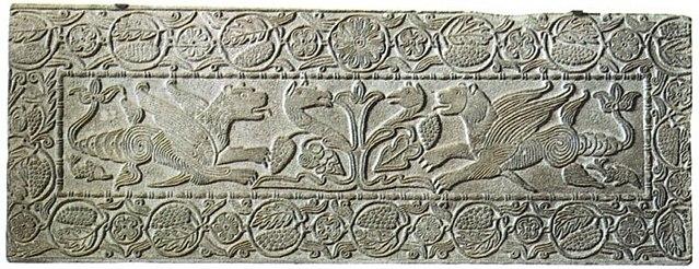 Rilievi su uno dei plutei custoditi rinvenuti nell'oratorio di San Michele alla Pusterla. Via Wikimedia Commons.