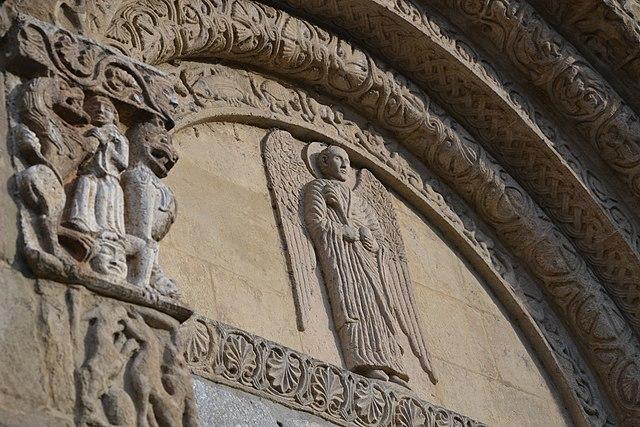 PArticolare della facciata di San Michele MAggiore. Via Wikimedia COmmons.