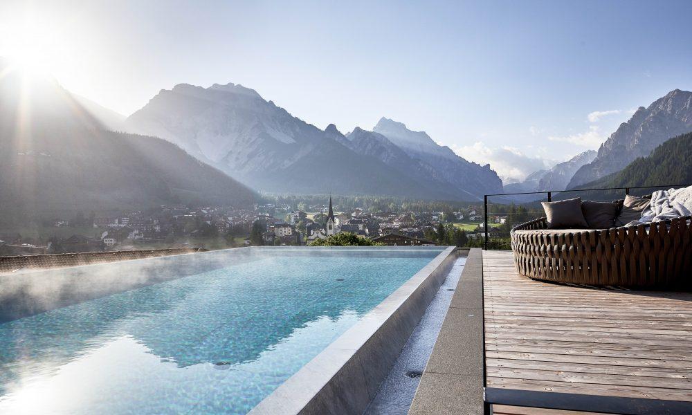 Piscina all'aperto Fonte: Excelsior Dolomites Sky Spa