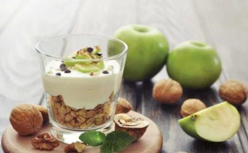 Muesli con yogurt e mousse di mele