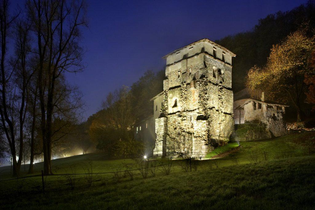 Monastero di Torba (VA), di notte Foto di Roberto Luisi© FAI - Fondo Ambiente Italiano