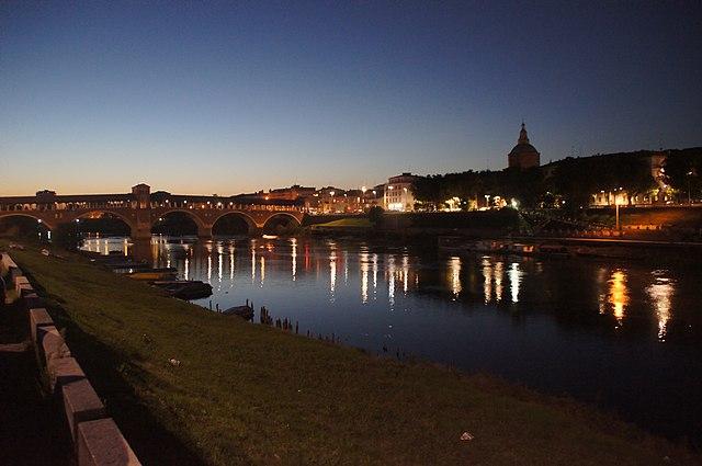 Pavia di notte vista dal Ticino. Via Wikimedia Commons.