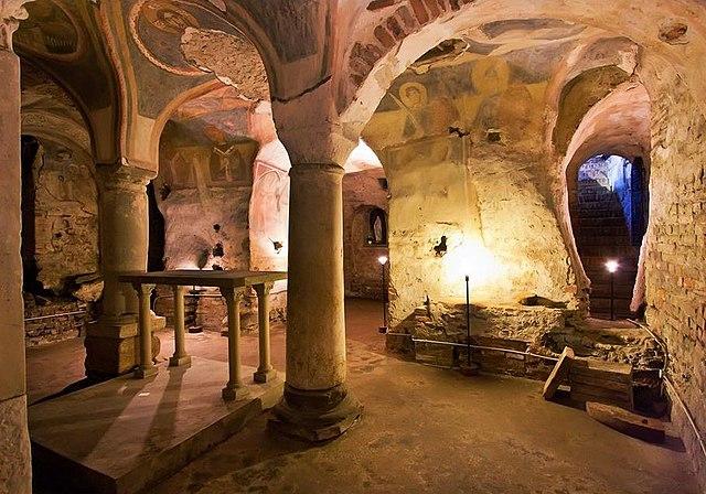 Luci e ombre nella cripta di San Giovanni Domnarum. Via Wikimedia Commons.